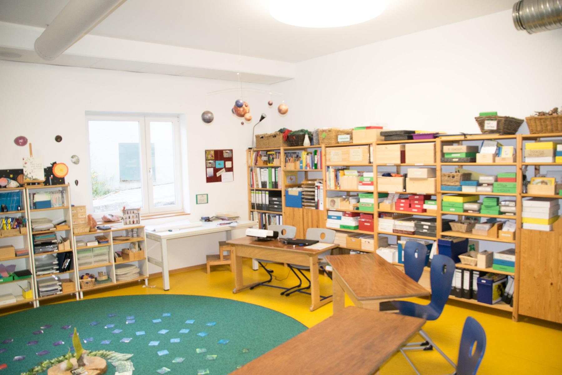 Gruppenraum mit Montessori-Entwicklungsmaterial
